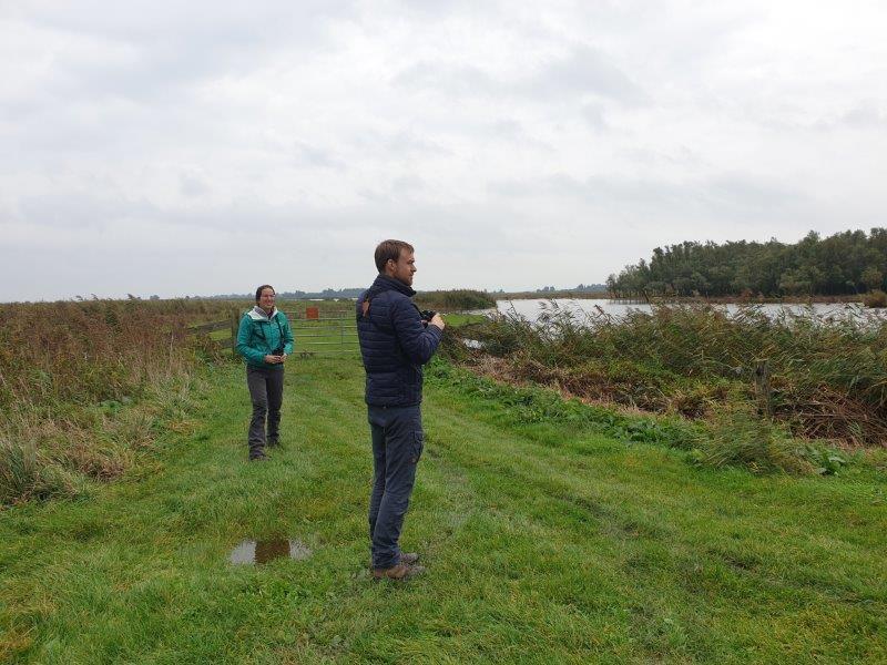 Deelnemers zoeken vogels