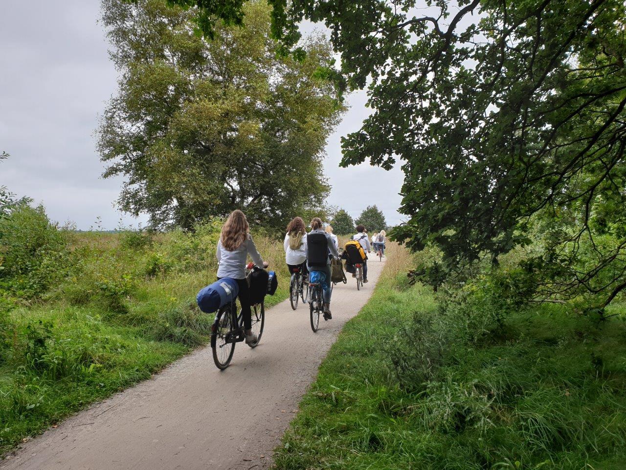 Studenten fietsen voorbij