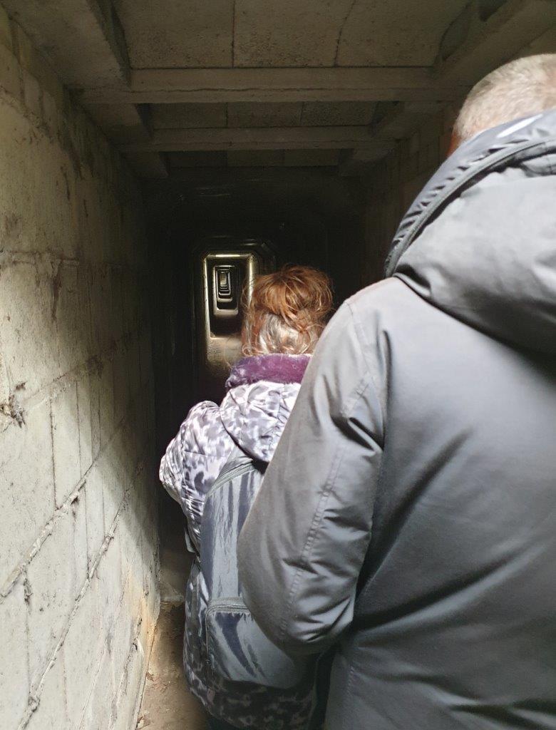 Door de tunnel naar de hut
