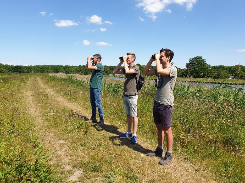 Mannen op de dijk